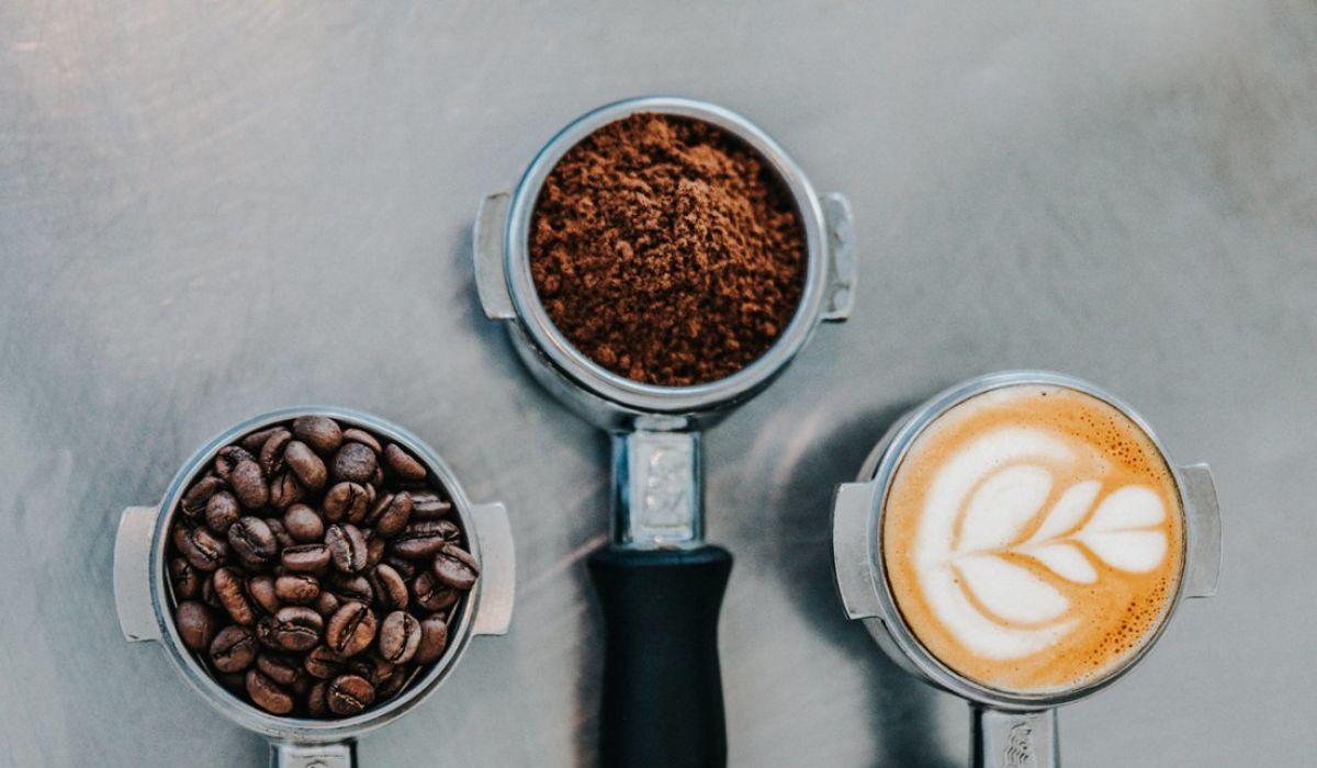 Kaffeemyhten Joya Blog  - Kaffeebohnen, gemahlender Kaffee und Milchschaum auf grauem Hintergrund - © nathan-dumlao-463043-unsplash